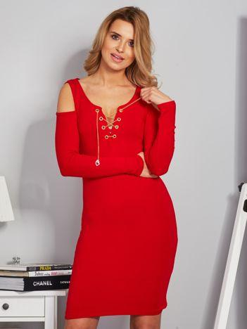 Sukienka cold shoulder ze złotym łańcuszkiem czerwona