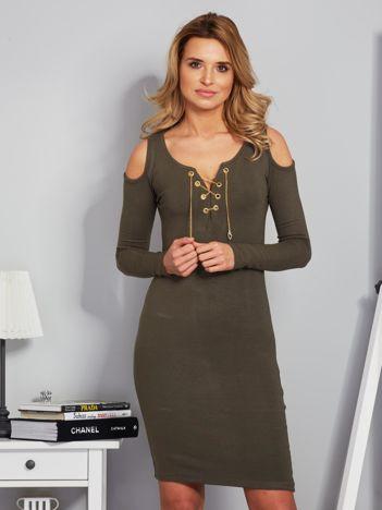 Sukienka cold shoulder ze złotym łańcuszkiem khaki