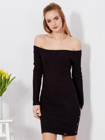Sukienka czarna w prążek odsłaniająca ramiona
