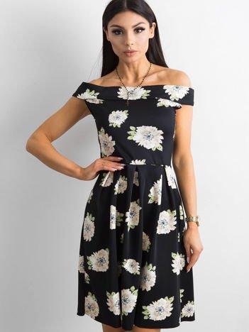 Sukienka czarna z odsłoniętymi ramionami w kwiatki