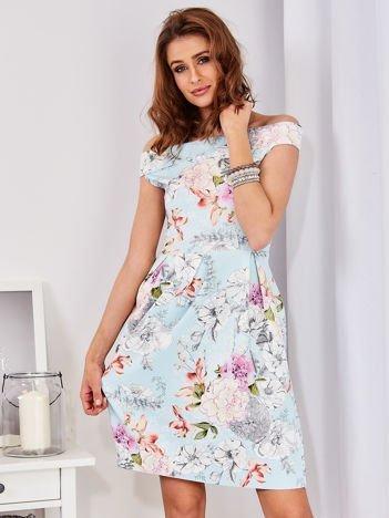 Sukienka jasnoniebieska odsłaniająca ramiona w kwiatowy deseń