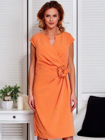 Sukienka jasnopomarańczowa z drapowaniem i ozdobnym kwiatem PLUS SIZE