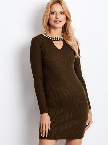 Sukienka khaki z perełkami i wycięciem