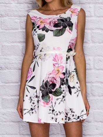Sukienka koktajlowa w kwiaty z paskiem biała