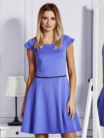 Sukienka koktajlowa z błyszczącym paskiem niebieska