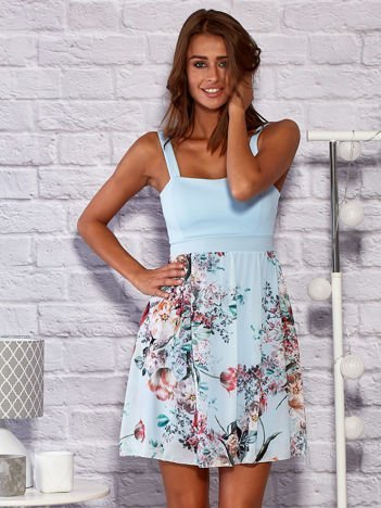 Sukienka koktajlowa z kwiatową spódnicą niebieska