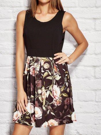Sukienka koktajlowa z kwiatowym nadrukiem czarna