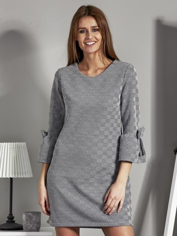 Sukienka w geometryczny wzór z kokardkami czarno-biała
