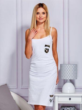 Sukienka z drapowaniem i militarnymi naszywkami biała
