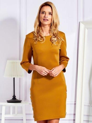 Sukienka z pianki ze złotymi łańcuszkami musztardowa