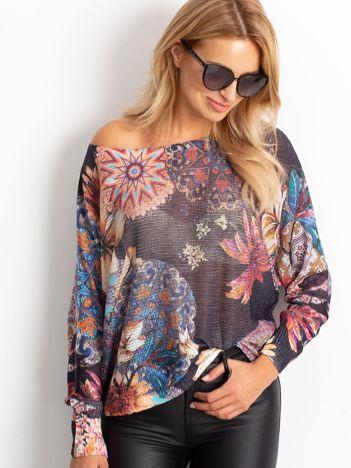 Sweter w kolorowe desenie