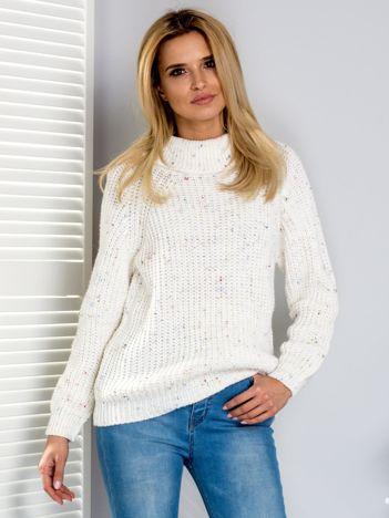 Sweter z kolorową nitką i golfem ecru