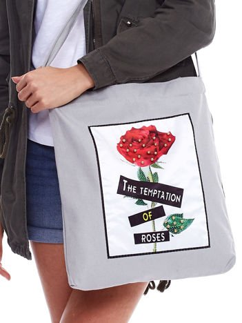 Szara bawełniana torba z naszywką róży i perełkami