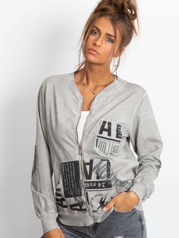 Szara bluza o kroju bomberki z motywami paper print
