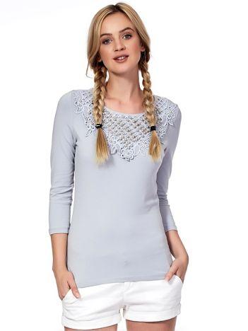 Szara bluzka z ozdobnym dekoltem i perełkami