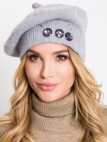 Szara czapka z aplikacją