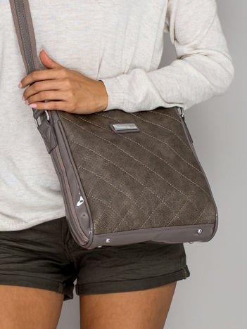 Szara pikowana torba listonoszka z lakierowanymi wstawkami