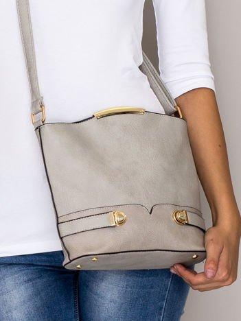 Szara torebka listonoszka ze złotymi klamrami