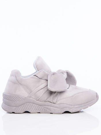 Szare  buty sportowe z zamszu na sprężystej podeszwie z ozdobną kokardką na przodzie