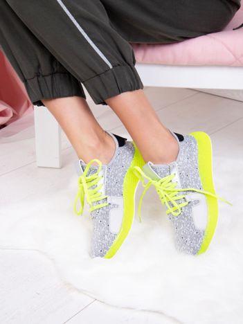 Szare dzianinowe buty sportowe z neozielonymi elementami