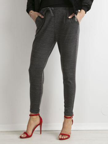 Szare dzianinowe spodnie z paskiem