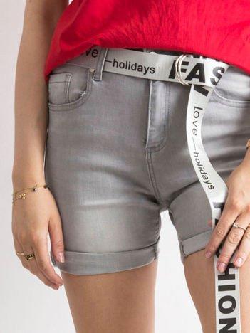 Szare jeansowe bermudy z paskiem w napisy