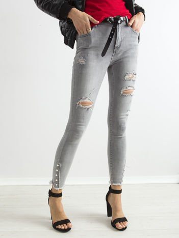 Szare jeansy z dziurami i aplikacją