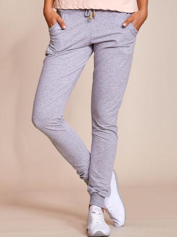 Szare spodnie dresowe rurki damskie z kieszeniami