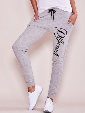 Szare spodnie dresowe rurki z napisem DIFFERENT