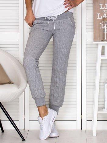 Szare spodnie dresowe w tłoczony wzór