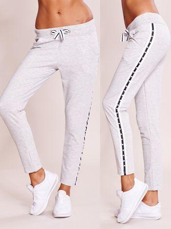 Szare spodnie dresowe z lampasem z perełkami