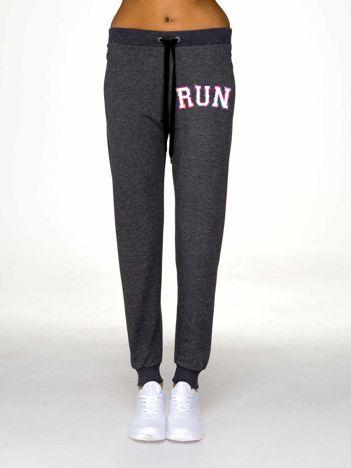 Szare spodnie dresowe z napisem RUN