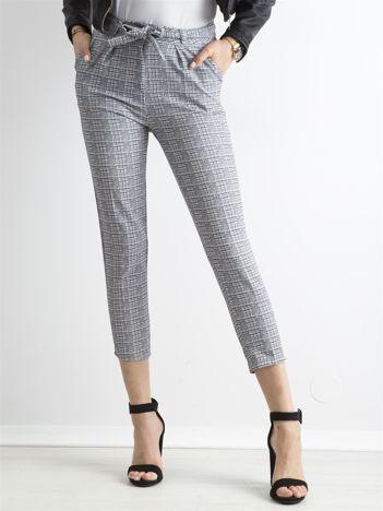 Szare spodnie w kratę z paskiem