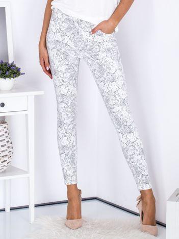 Szare spodnie we wzory