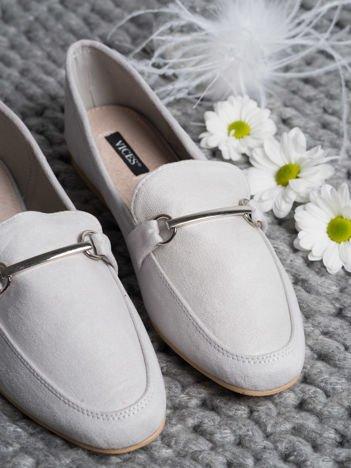 Szare zamszowe mokasyny z ozdobną klamerką i paskiem na przodzie buta
