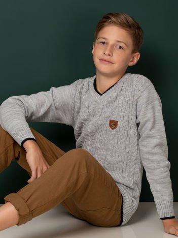 Szary chłopięcy sweter w warkocze