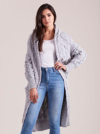 Szary długi sweter w warkocze