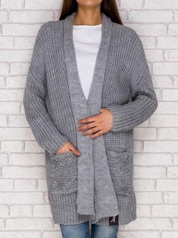 Szary otwarty sweter o szerokim splocie