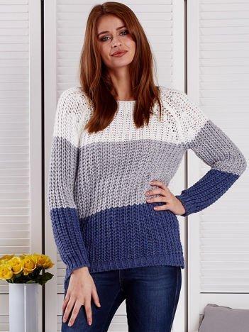 Szary sweter o szerokim splocie