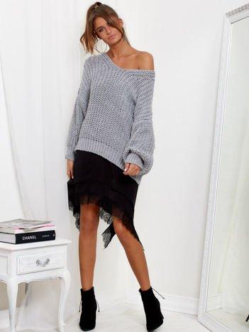 Szary sweter oversize o luźnym splocie