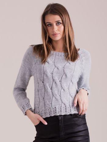 Szary sweter w warkoczowe sploty