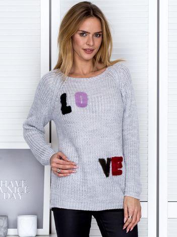 Szary sweter z naszywką liter