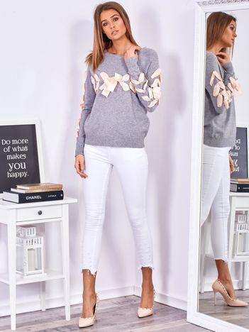 Szary sweter z ozdobną wstążką