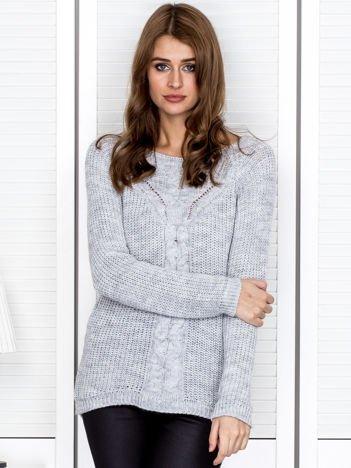 Szary sweter z ozdobnymi warkoczami