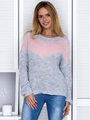 Szary sweter z pastelowym modułem
