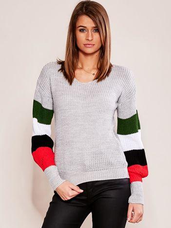 Szary sweter z rękawami w paski