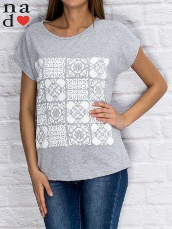 Szary t-shirt z ornamentowym nadrukiem