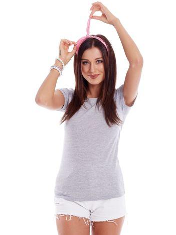 Szary t-shirt z podwijanymi rękawami