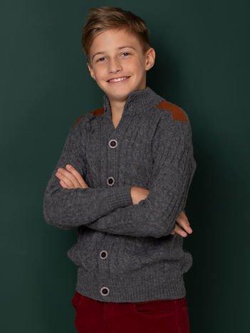 Szary zapinany sweter dla chłopca w warkocze