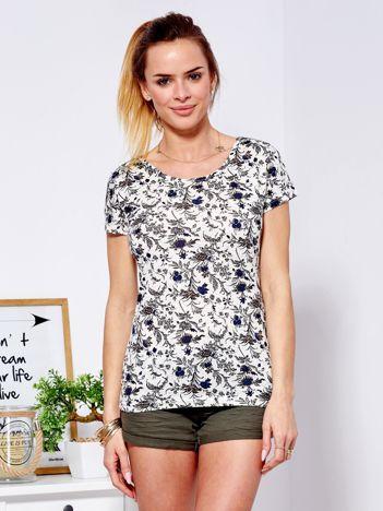 T-shirt beżowy w ozdobny kwiatowy wzór